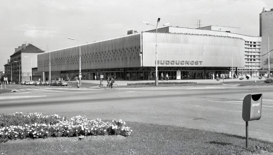 Jeden z největších obchodních domů byl otevřen v září 1973. Po rekonstrukci v roce 2000 byl přejmenován na Elan.