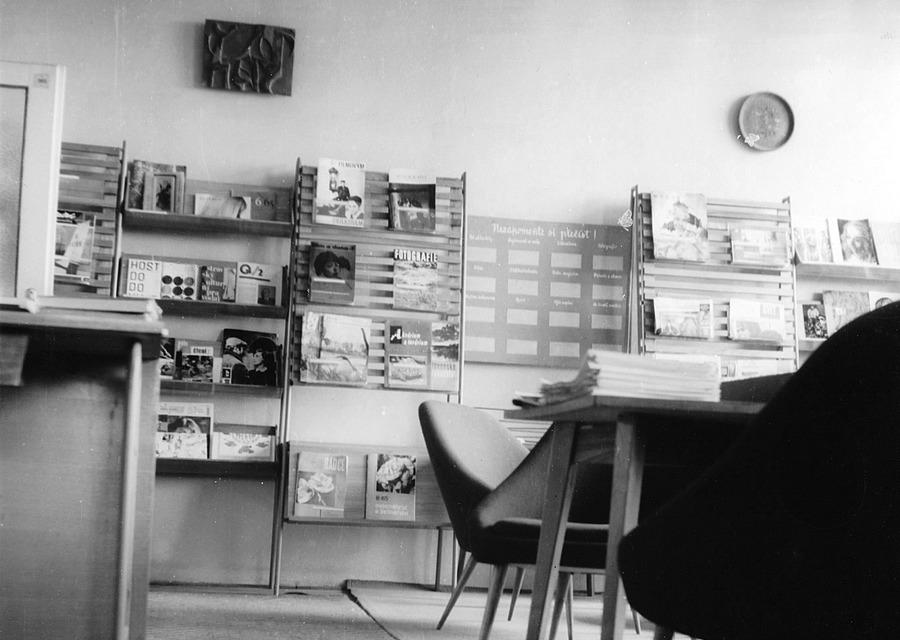 Pestrá nabídka časopisů ve studovně v KDPB, 1966.