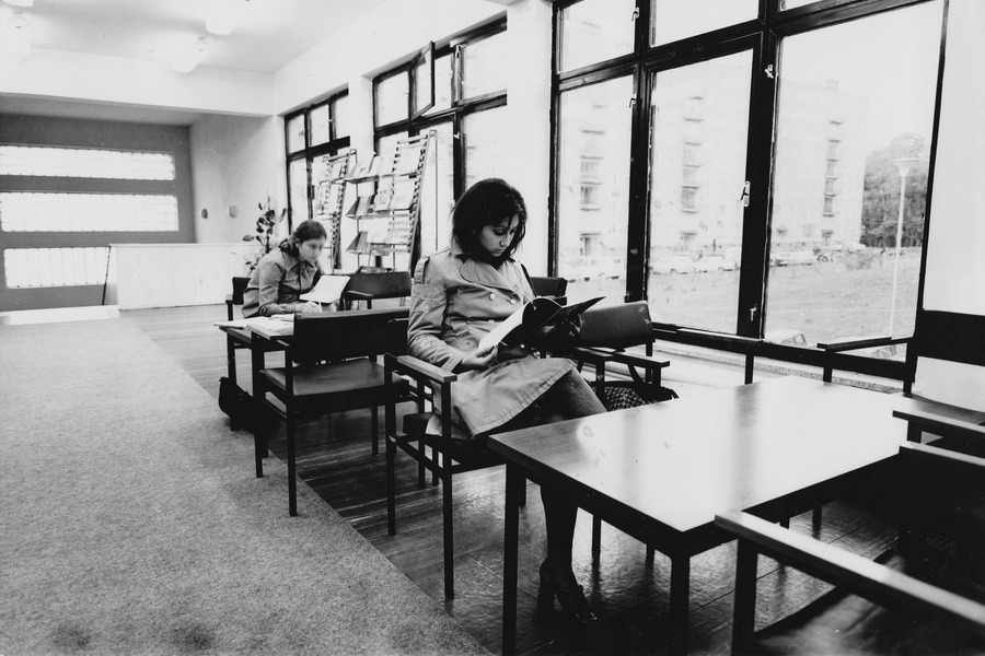 Čítárna v prvním patře budovy před vstupem do půjčovny, 1973.