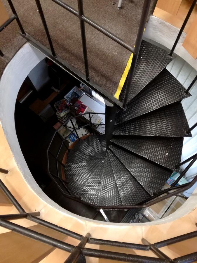 Točité schodiště vedoucí do pekla, ehm... do skladu, 2017.