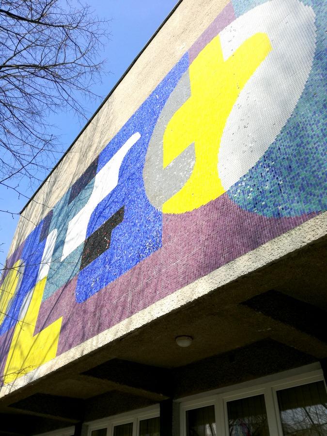 Mozaika Drahomíra Tůmy na budově Šrámkova