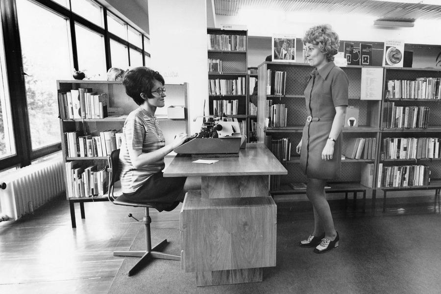 Knihovnice pózují fotografovi v nové knihovně na Šrámkově ulici, 1973.