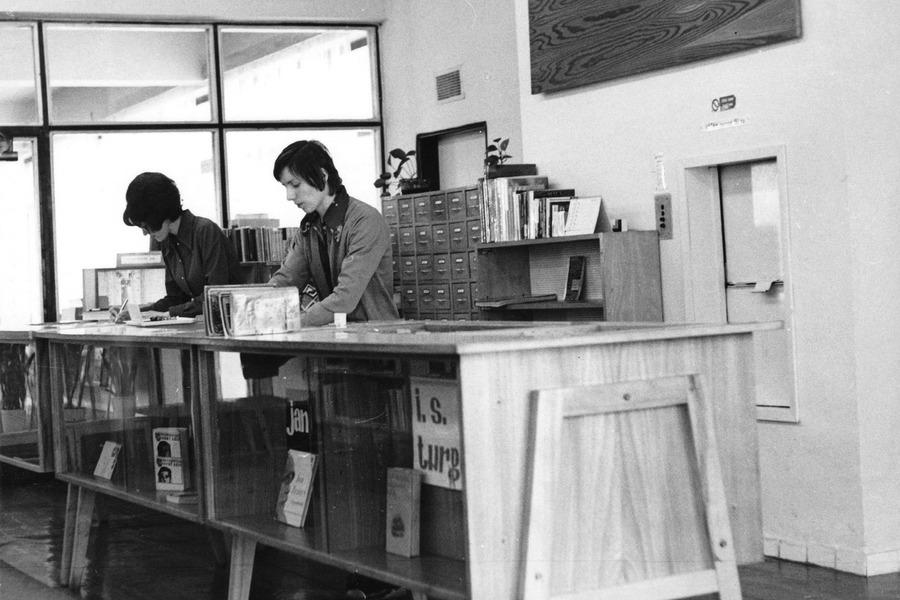 Obslužný pult v půjčovně pro dospělé na Šrámkově ulici, 1973.