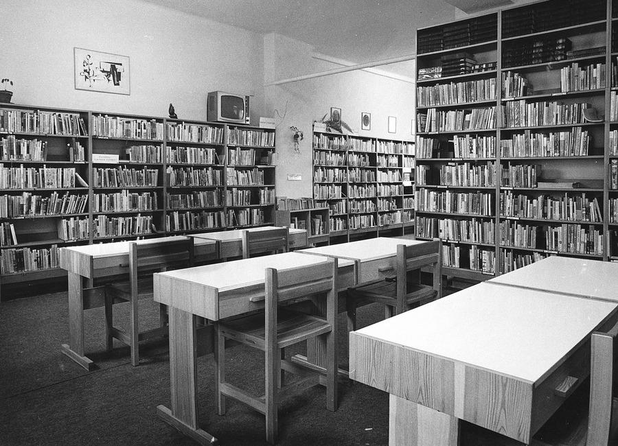 Součástí Oddělení dospívající mládeže byla i studovna, 1985.
