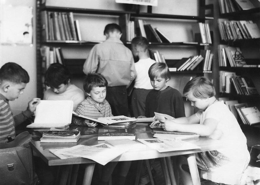 Nejmenší čtenáři v dětském oddělení v KDPB, 1964.