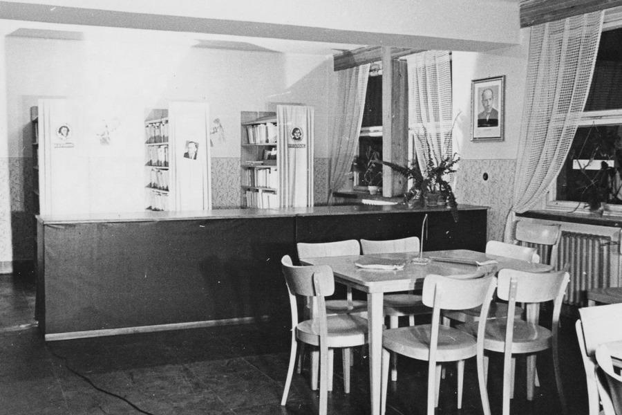Půjčovna pro dospělé v budově Národního výboru, 1958.