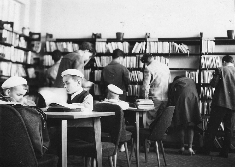Půjčovna pro dospělé v Kulturním domě Petra Bezruče, 1964.