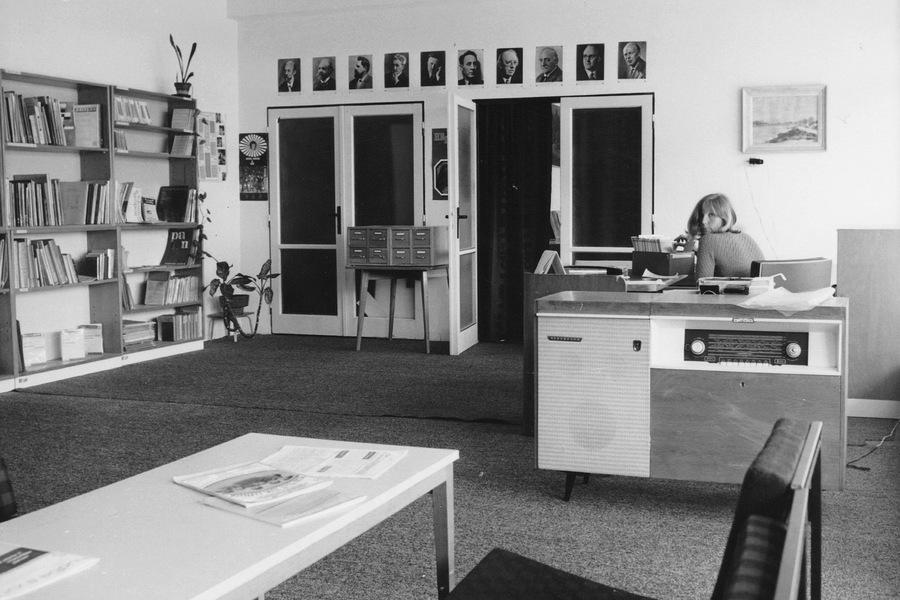 Hudební oddělení v přízemí knihovny na Šrámkově ulici, 1972.