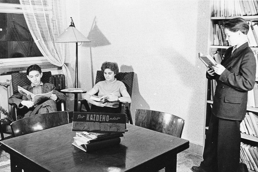 Studovna a čítárna v prostorách Národního výboru, 1958. Čtenáři se jistě cítili, jakoby seděli ve vlastním obývacím pokoji.