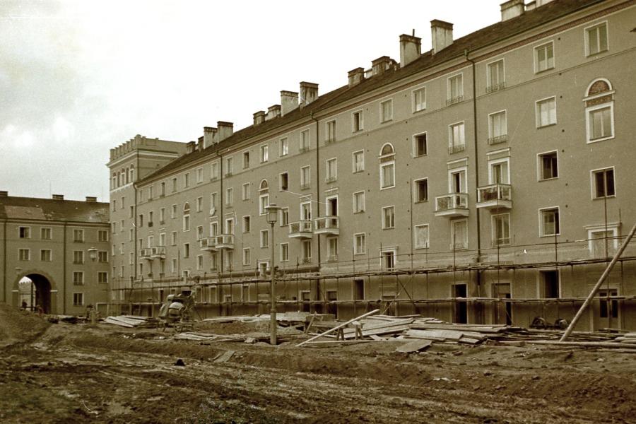 Výstavba domovního bloku v ulici Alšova v 50. letech 20. století.