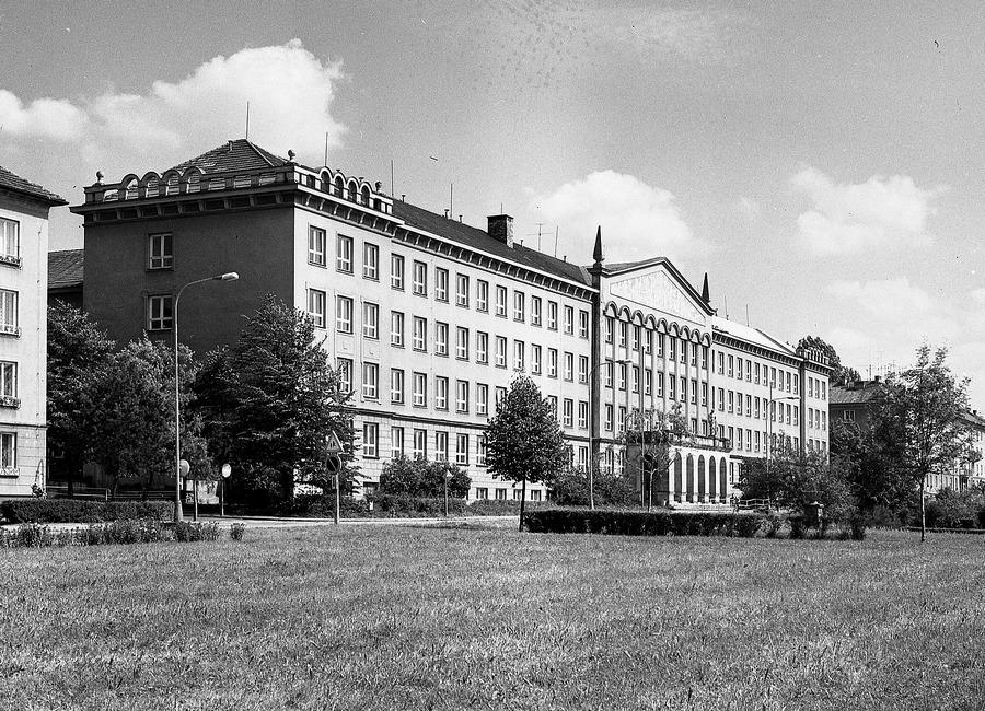 Rozsáhlý školský kombinát – dnešní ZŠ Na Nábřeží. V budově byly umístěny dvě základní školy, střední škola, družina, jídelna a tělocvična.